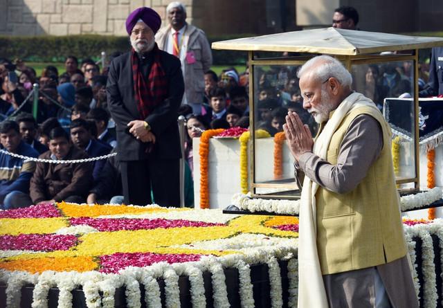 Narendra Modi odaje počast Gandiju u Nju Delhiju u januaru 2020.