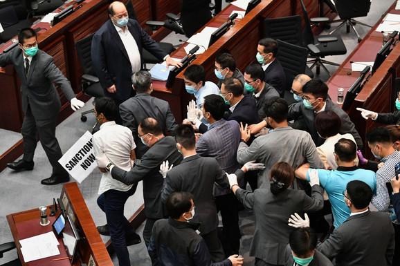 Haos u honkoškom parlamentu nakon kineskog predloga zakona