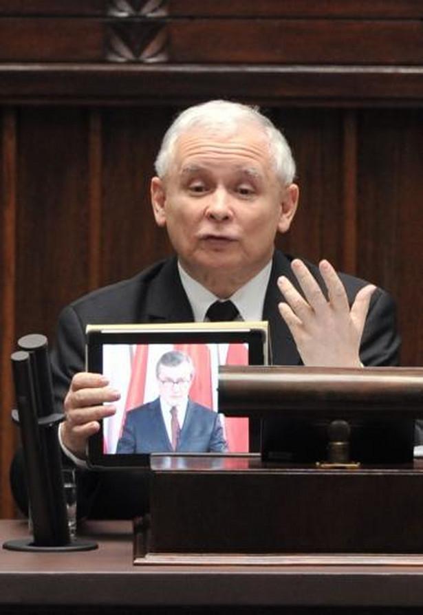 Jarosław Kaczyński z tabletem na mównicy sejmowej.
