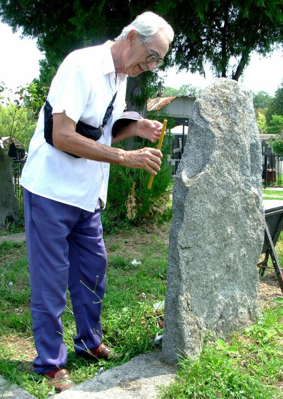 U grobnici na Varoškom groblju, iznad koje stoji neugledni kameni spomenik, sahranjeno je i više od 100 partizana. Simović pali sveću ubijenom ocu