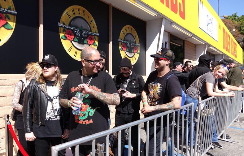 Fani w kolejce po bilety na koncert Guns N' Roses