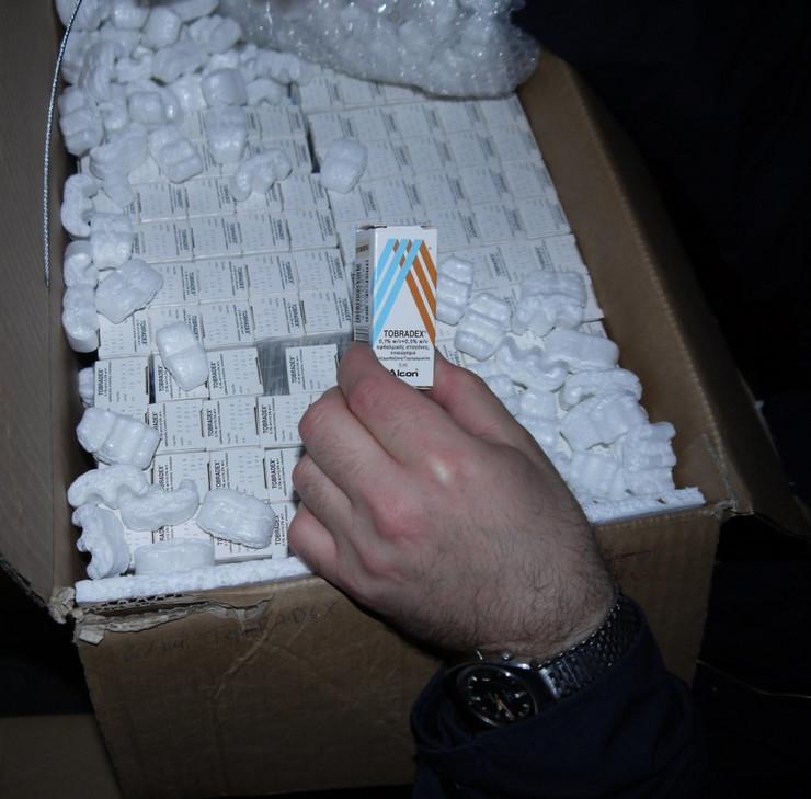 286394_carinik-pregleda-tovar-neprijavljenih-lekova