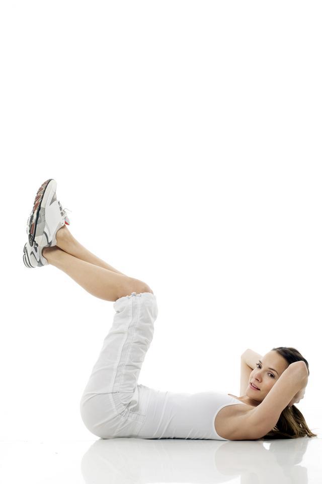 3. Unoszenie ugiętych pod kątem prostym nóg, przy oparciu na przedramionach