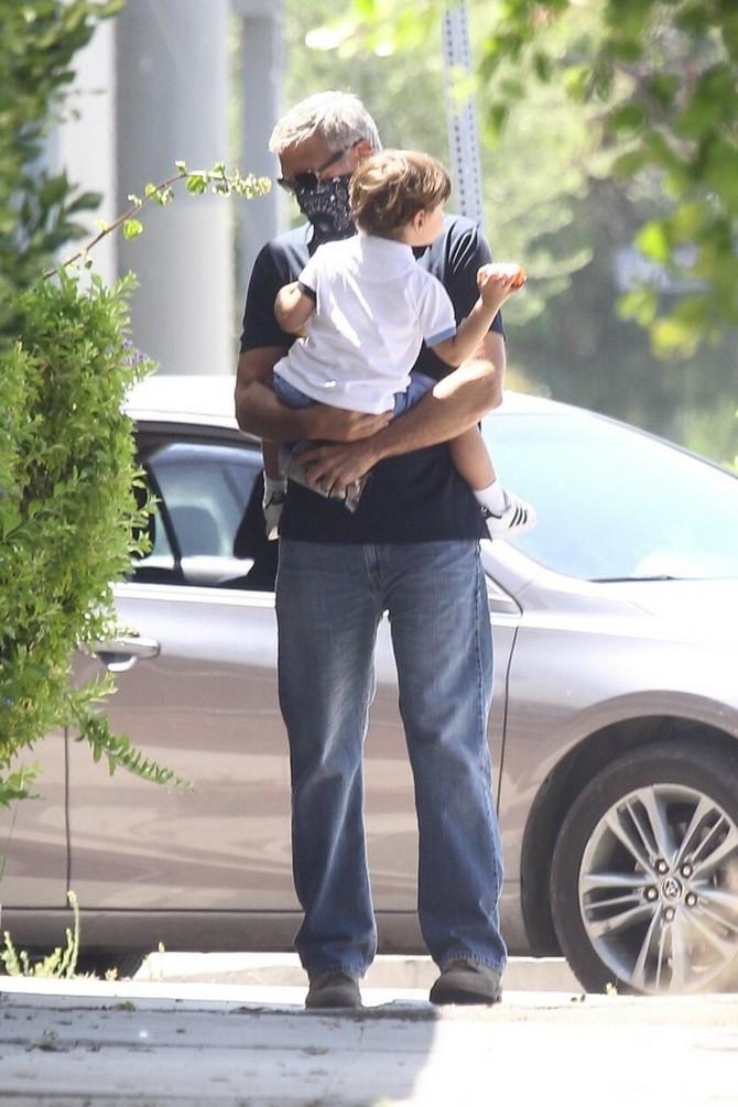 Džordž Kluni sa sinčićem