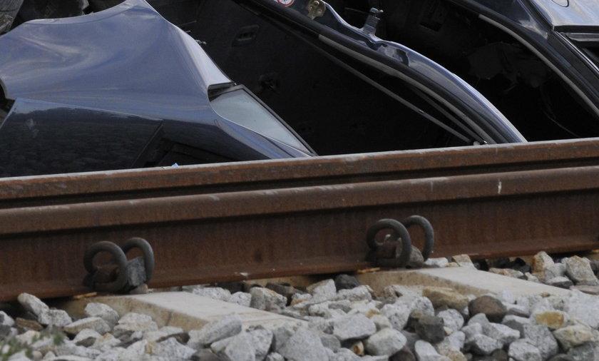 Auto z 3-osobową rodziną wjechało pod pociąg