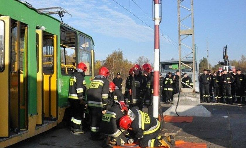 Strażacy ćwiczą ratowanie z MPK