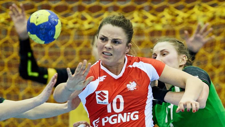 Polka Romana Roszak (L) i Liliya Artsiukhovich (P) z Białorusi podczas meczu międzynarodowego turnieju towarzyskiego piłkarek ręcznych w Gdańsku