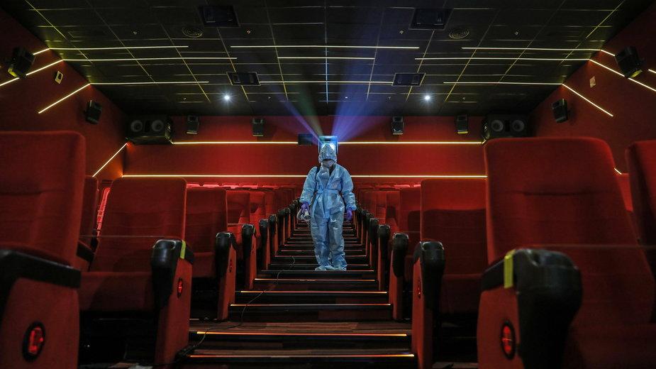 Dezynfekcja kina podczas epidemii koronawirusa