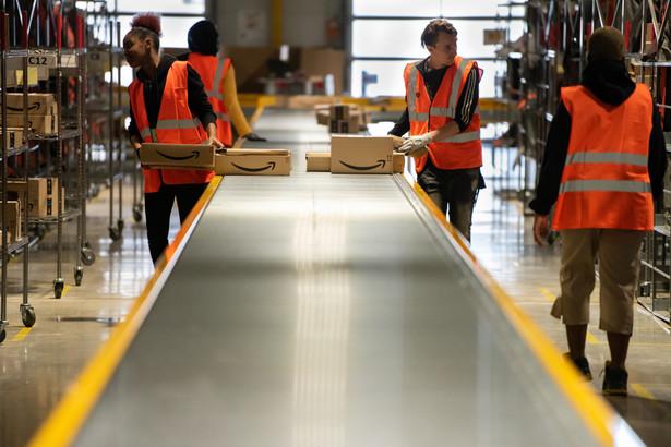 W odwołaniu do NLRB działacze Amazona z Bessemer skarżyli się m.in., że korporacja wysłała e-maila pracownikom z ostrzeżeniem o zwolnieniu 75 proc. personelu, jeśli utworzą związek zawodowy, a menedżerowie mieli ich straszyć zamknięciem magazynów, gdyby przystąpili do organizacji