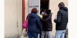 Wielkie emocje przed pocztą! Pracownica opluła klientkę!