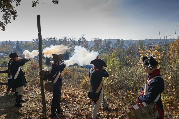 Żołnierze z grupy rekonstrukcyjnej oddają salwę honorową z okazji odsłonięcia osi widokowej na Wzgórzu Luizy