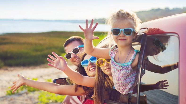 wakacje rodzina dziecko urlop samochód fot. shutterstock
