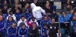 Afera w Chelsea, piłkarz rzucił koszulką w ... Jose Mourinho! WIDEO