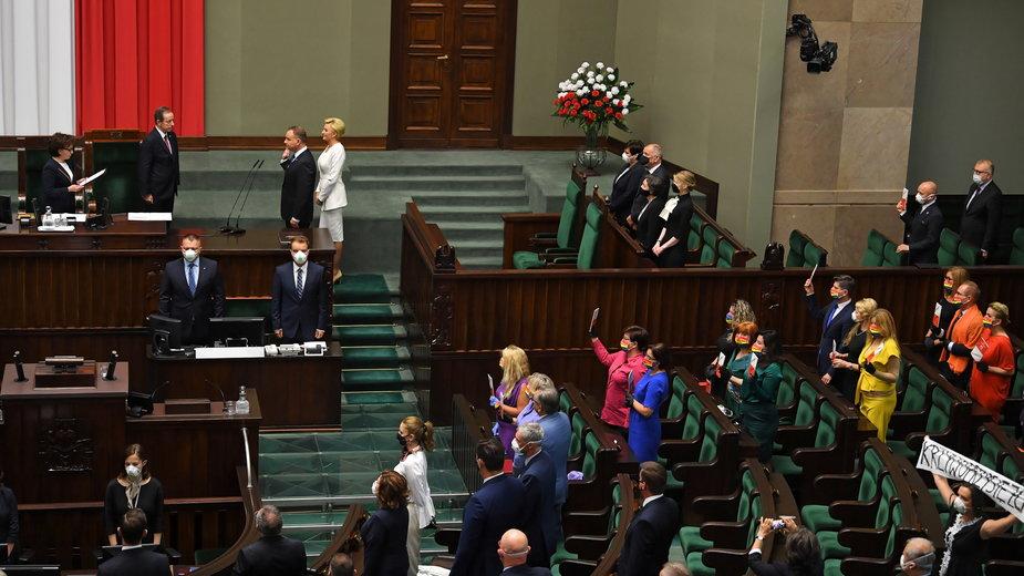 Zaprzysiężenie prezydenta. Posłowie Lewicy w kolorach tęczowej flagi