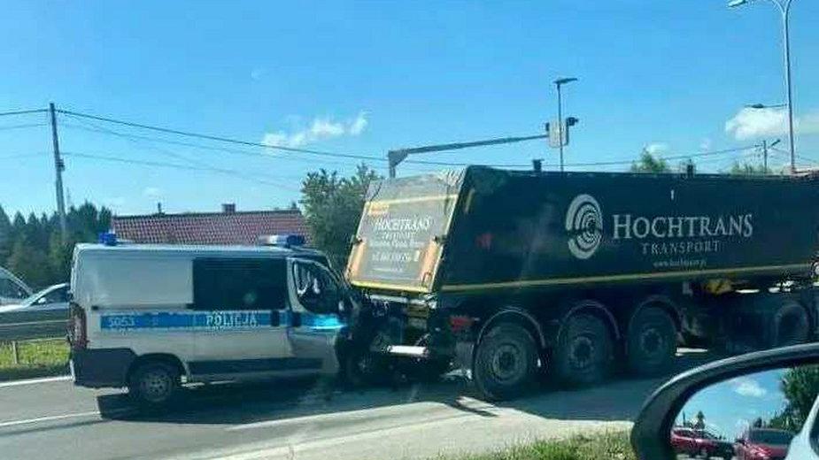 Wypadek z udziałem radiowozu pod Kielcami. Ranny policjant trafił do szpitala
