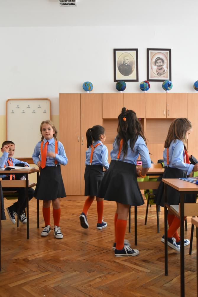 Devojčice oduševljene suknjicama i dokolenicama