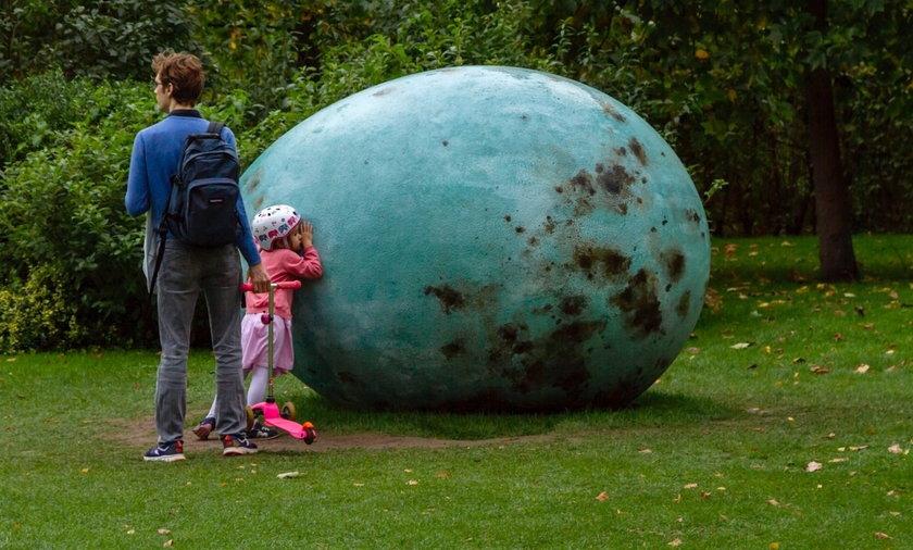 Jajo kosa, brat warszawskiej rzeźby, trzy lata temu zadomowiło się w Londynie. Stoi w Regent's Park.