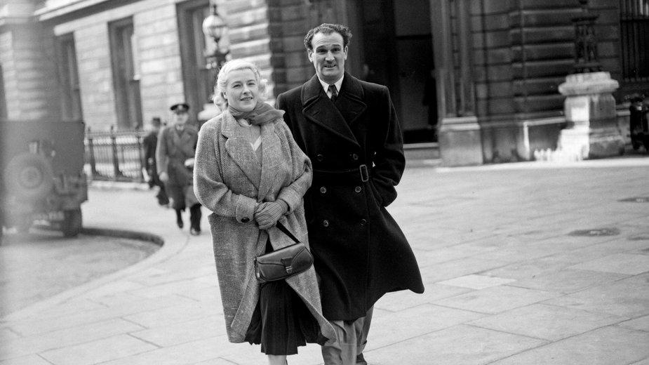 Eddie Chapman z żoną Betty już po wojnie na ulicach Londynu