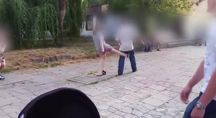 Gimnazjaliści pobili na ulicy mężczyznę