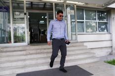 RUKE SU GA ODALE Nasilnik Lazukić je u sudnici bio znojav i u premaloj košulji, a niko nije mogao da skrene pogled sa njegovih prstiju