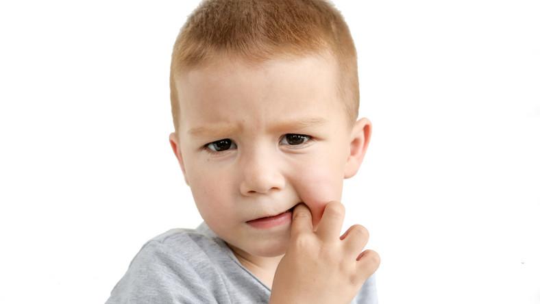 Pasożyty jelitowe dostają się do organizmu dziecka wraz z zakażonym jedzeniem lub drogą kropelkową. Trudno się przed nimi uchronić, bo bytują np. w piaskownicy, w której bawią się maluchy. Częstą przyczyną zakażeń pasożytami jest też kontakt ze zwierzętami domowymi. Owsikami, które najczęściej atakują dzieci, można zarazić się już podczas pobytu w pomieszczeniu, w którym jest zakażona osoba. Jajeczka owsików często znajdują się w kurzu, osiadają na przedmiotach i produktach spożywczych.