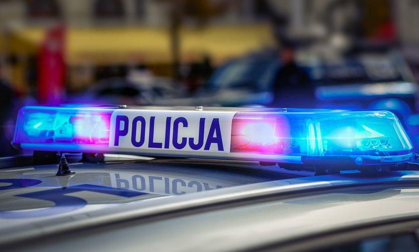 Policjanci konwojowali kobietę potrzebującą pomocy