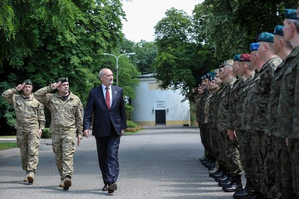 """Kierując słowa do żołnierzy WOT, Macierewicz stwierdził: """"Sądzę, że zdajecie sobie sprawę, że to było marzenie pokoleń Polaków"""""""