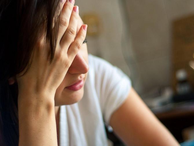 Ovo mi je SPASILO ŽIVOT za 20 minuta: Užasna migrena mučila ju je 12 sati i NIJEDAN LEK nije pomagao, a onda je OVA SITNICA iz kuhinje napravila ČUDO