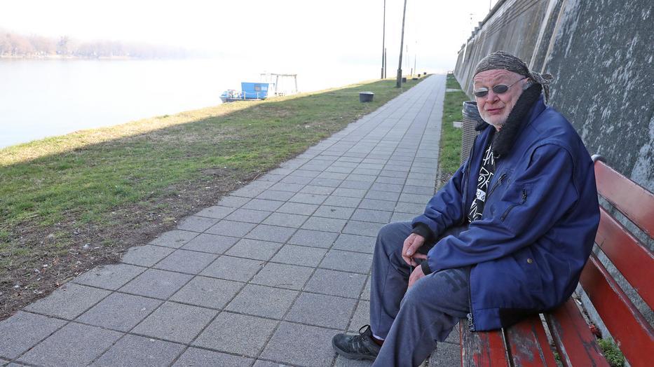 Itt a padon, a Duna partján ült a férfi, akit összevertek a rendőrök/ Fotó: Pozsonyi Zita