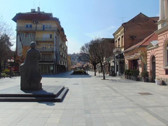 Puste ulice Valjeva za vreme najdužeg policijskog časa