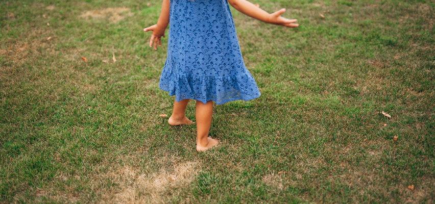 Pięciolatka spacerowała sama przy drodze wojewódzkiej. Matka pijana