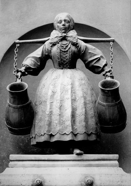 Pomnik kobiety w stroju bamberskim w pobliżu ratusza w Poznaniu (1939-1945)