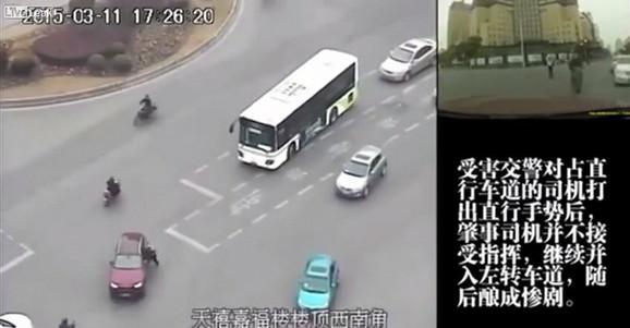 Trenutak kada se Mao uhvatio za prozor automobila