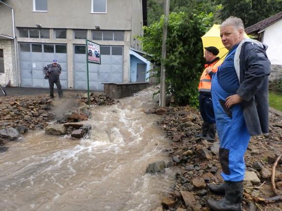 U selu Sirča je bujični potok presekao put