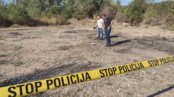 Policija na mestu na kom su pronađena tela ubijene porodice