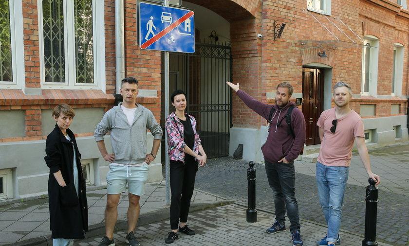 """Tuż przed bramą Kolonii Wawelberga na Woli stanął znak """"strefa zamieszkania"""". Mieszkańcy są niezadowoleni i chcą jego usunięcia."""