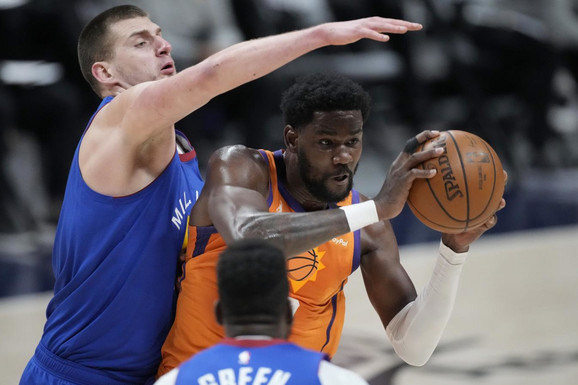 TEK SADA OTKRIVENO! Nikola Jokić posle šokantnog kraja NBA sezone potražio u svlačionici rivala, a onda uradio - ovo! /FOTO/