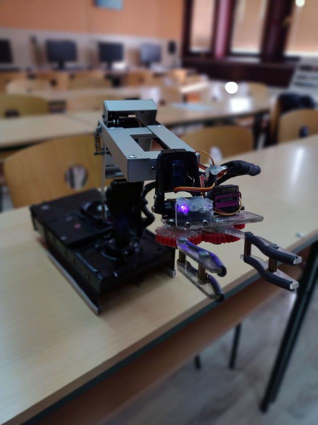 Robot Miroslav reaguje i na glasovne i na pisane komande