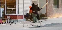 Brutalny atak przed sklepem. Kobieta była bezlitośnie okładana pięściami