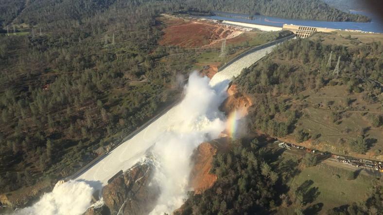 BBC podkreśla w poniedziałek, że po raz pierwszy w prawie 50-letniej historii tej znajdującej się ok. 250 km na północny wschód od San Francisco budowli woda zaczęła płynąć przez przelew awaryjny. - Tama była bliska runięcia - informowali przedstawiciele lokalnych władz.