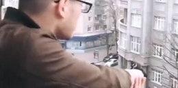Urządził sobie zabawę. Zaczął strzelać do ludzi z balkonu. Jest film