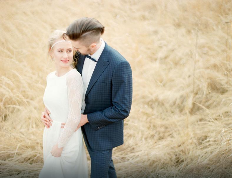 Subtelna sesja ślubna z ciecodziennym tłem traw