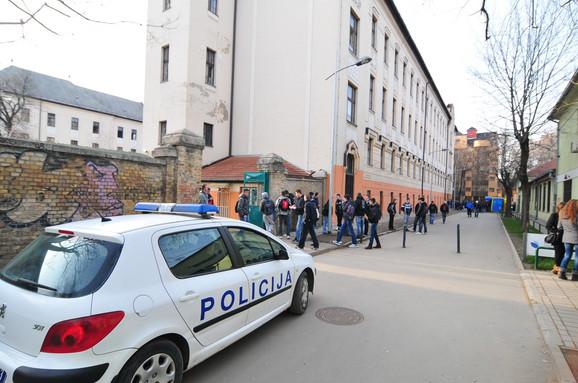 Policija sve češće posećuje škole