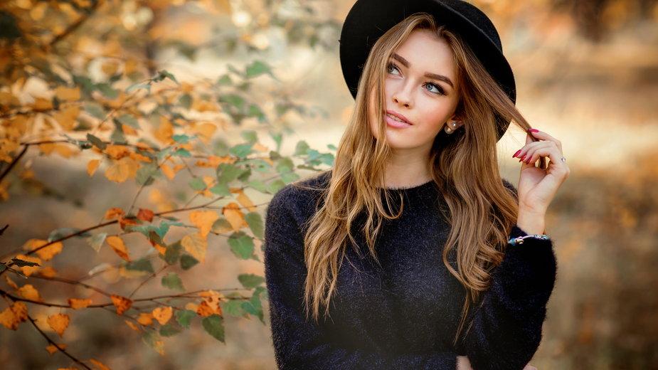 Jakie kolory będą królowały w modzie tegorocznej jesieni? Karmel, brąz a może zieleń?