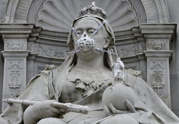 Wielka Brytania: Działacze Greenpeace'u założyli maski gazowe posągom