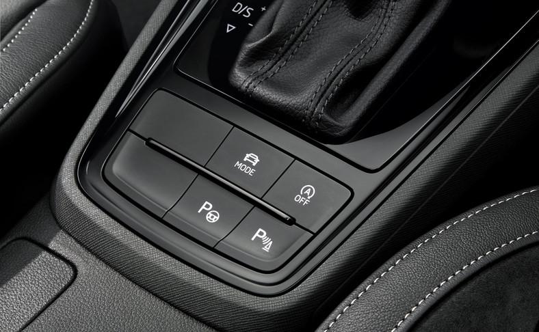 Przyciski systemu Start/Stop, wyboru profilu jazdy (Driving Mode Select) czy asystenta parkowania (Park Assist) zostały umiejscowione bezpośrednio przed dźwignią zmiany biegów, w zasięgu ręki kierowcy