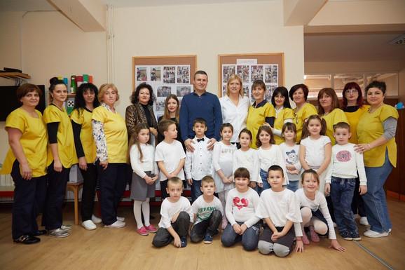 Ana Joković sa mališanima u vrtiću u Vrčinu