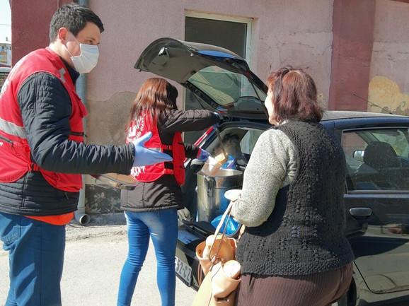 Aktivisti Crvenog krsta donose obrok iz Narodne kuhinje