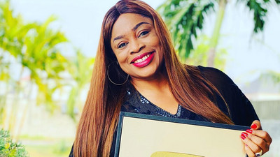 Sinach gets gold plaque as she hits one million subscribers on YouTube