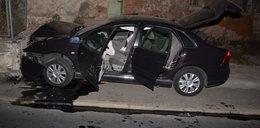 Uciekał kradzionym autem i rozbił się na płocie